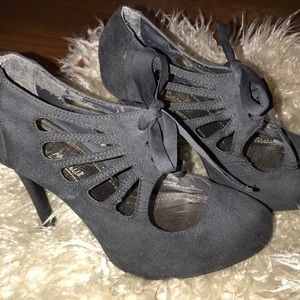 The most adorable girly heels with bows!